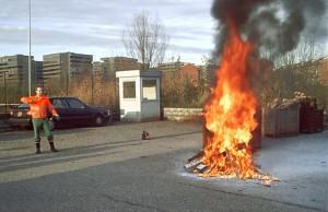 Simulazioni di grandi incendi di classe A: spegnimento di roghi e pire.